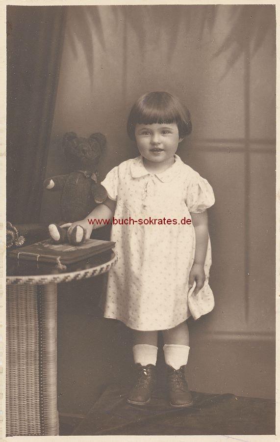 Foto Kleines Mädchen mit Teddybär (ca. 1930)