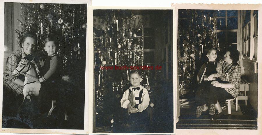 Foto Kleiner Junge zu Weihnachten mit Geschenken Schaukelpferd (1948)