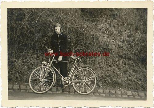 Foto aus Aachener Raum - Junger Mann mit Fahrrad (ca. 1950)