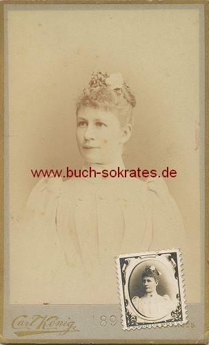 CdV Frau aus Naumburg mit Briefmarken-Porträt (1899)