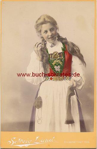 Junge Frau  aus Christiania (heute Oslo / Norwegen) in traditionellem Trachten-Kostüm (1904)