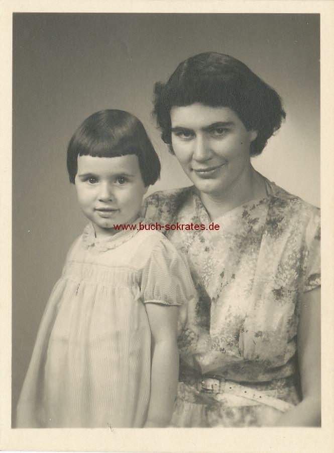 Foto Junge Frau aus Borken mit ihrer kleinen Tochter (1957)