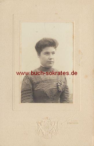 Frau aus Brüssel / Bruxelles im Kleid mit Stickerein (ca. 1910)