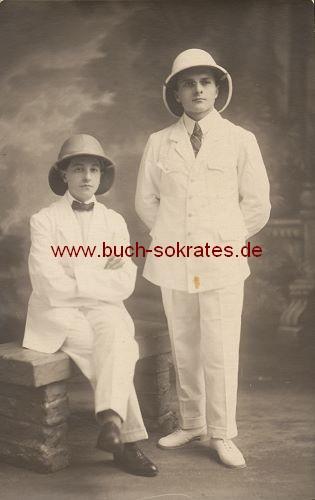 2 junge Männer aus Brüssel im Tropen-Anzug u. Tropenhelm (ca. 1920)