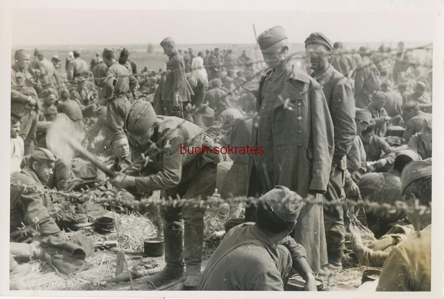 Foto Einige Kriegsgefangene (wohl im Osten - Russland o. Ukraine in einem Kriegsgefangenenlager) hinter einem Stacheldrahtzaun / Stacheldrahtverhau (ca. 1942)