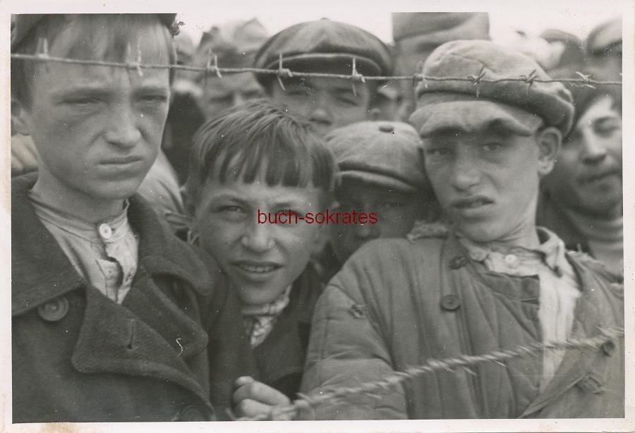 Foto Einige junge Kinder / Kriegsgefangene (wohl im Osten - Russland o. Ukraine) an einem Stacheldrahtzaun (ca. 1942)