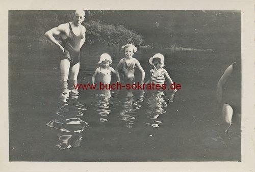 Foto Mann mit 3 Kindern aus Belgien beim Baden (ca. 1920)