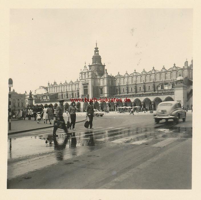 Foto Tuchhalle in Krakau / Krakow mit Passanten und Autos (ca. 1960)