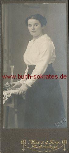 Junge Frau aus Thalheim im Erzgebirge im Rock u. Bluse (1918)