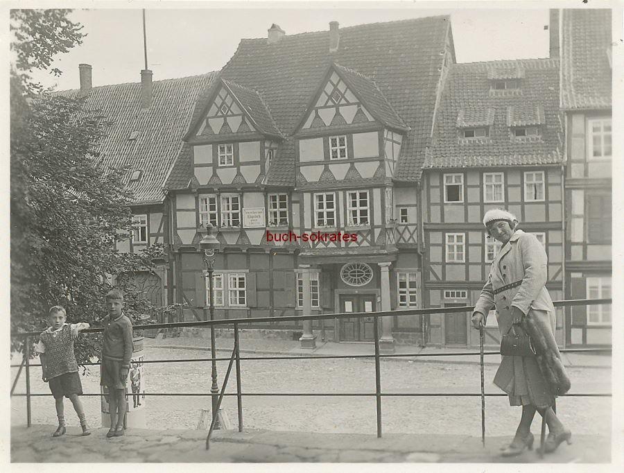 Foto Frau u. Kinder vor Klopstock-Haus in Quedlingburg (ca. 1930)