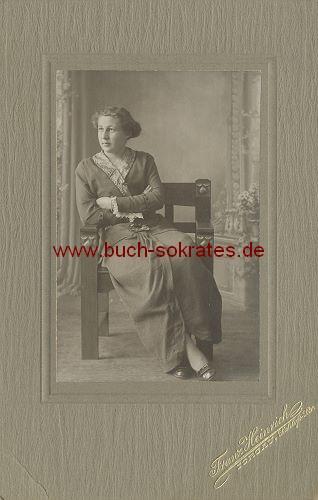 Frau aus Torgau auf Jugendstil-Stuhl (ca. 1900)