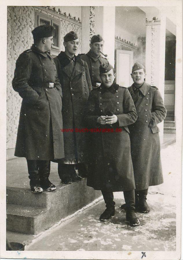 Foto Junge Männer in Uniform in Guttenbrunn (heute Zabrani, Rumänien) (1940)