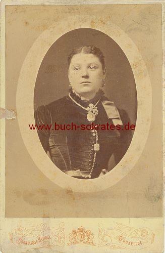 Frau aus Brüssel / Bruxelles mit viel Schmuck (ca. 1900)