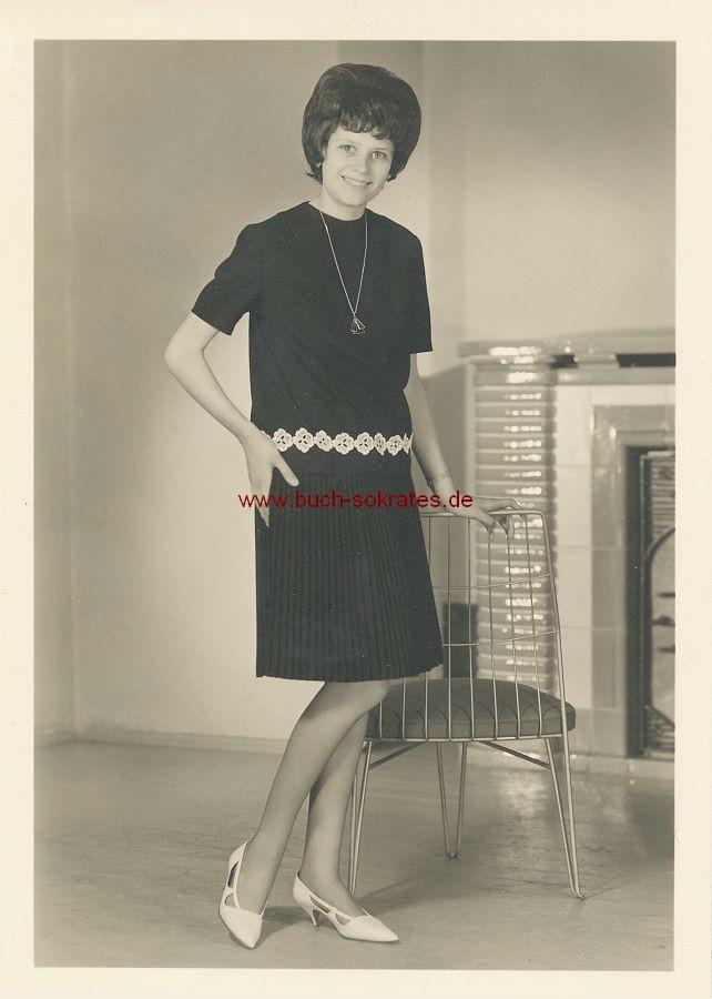Foto Junge Frau aus Heidenau / Sachsen mit Metallstuhl (ca. 1965)