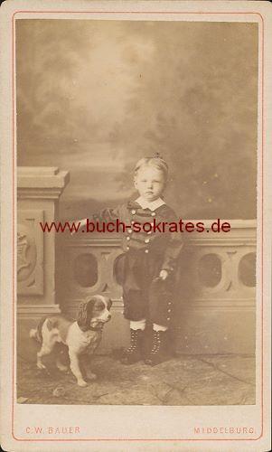 Kleiner Junge aus Middelburg / Holland mit Hundeattrappe (ca. 1880)