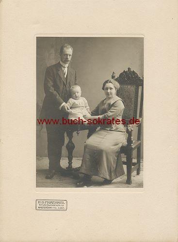 Kabinettfoto Paar aus Amsterdam mit Baby (1914)