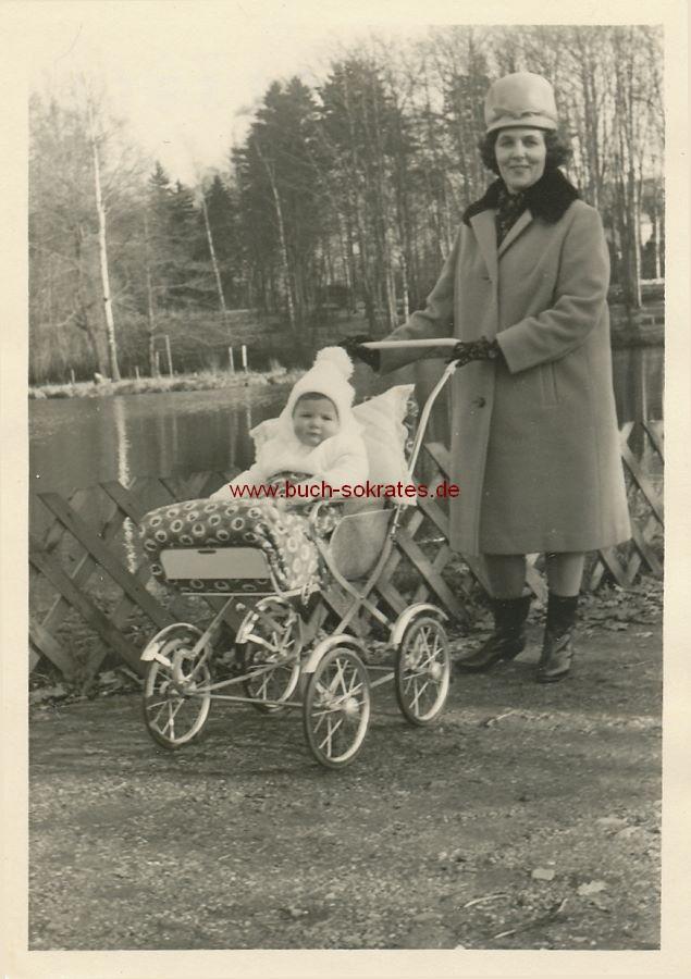 Foto Frau mit hohem Hut und Kinderwagen (ca. 1965)