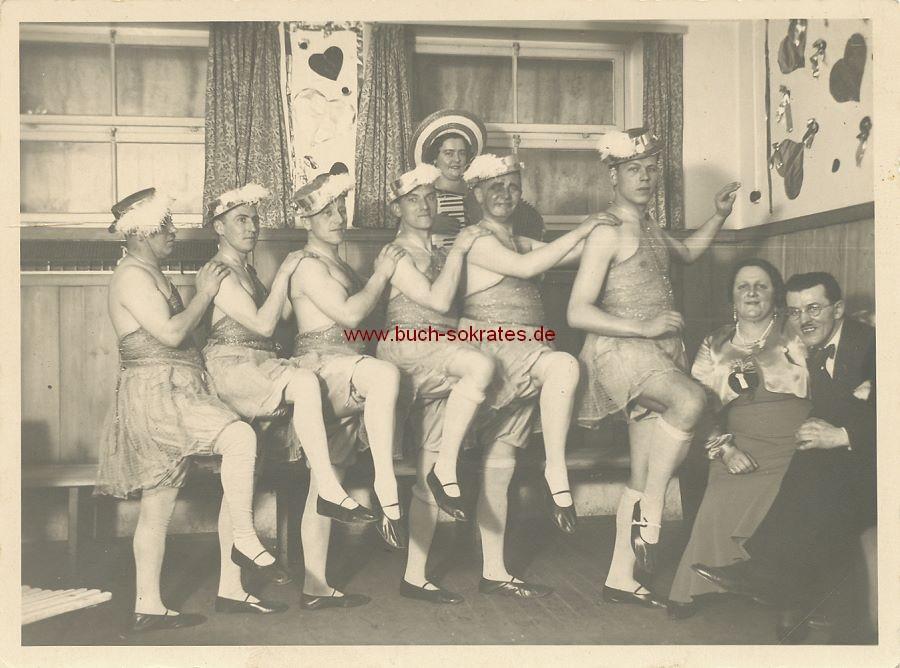 Foto Feiergesellschaft in Verkleidung / Frauenkleidern beim Cancan (ca. 1930)