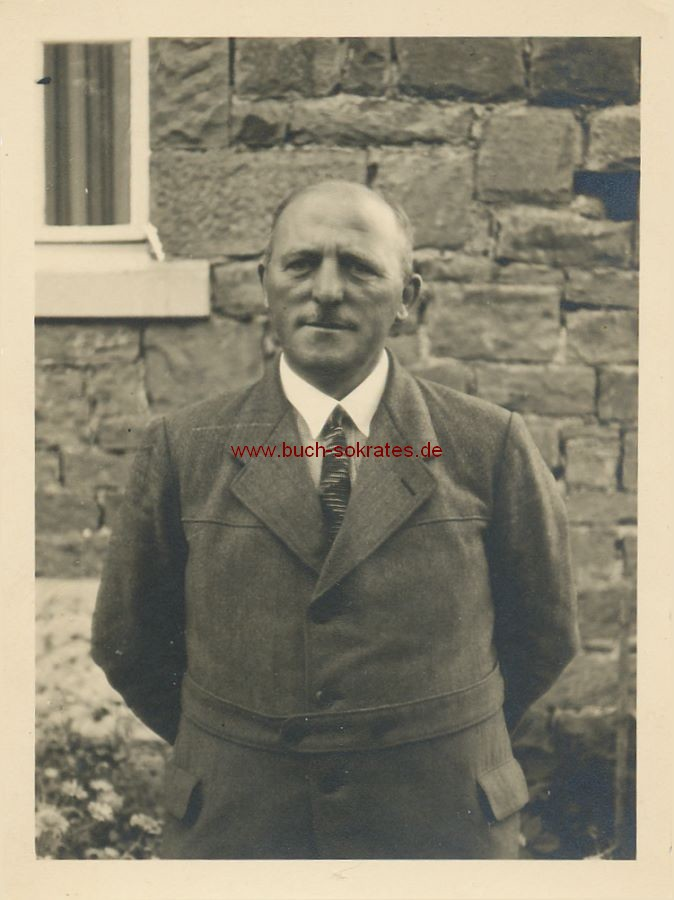 Foto Älterer Mann vor Haus stehend (ca. 1935)