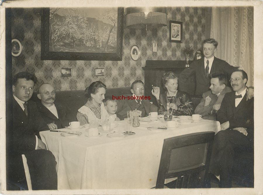 Foto Gruppenfoto (wohl Raum Hof / Selb - Bayern) in der Guten Stube. Interessante Inneneinrichtung mit Richard-Wagner-Bild (ca. 1930)