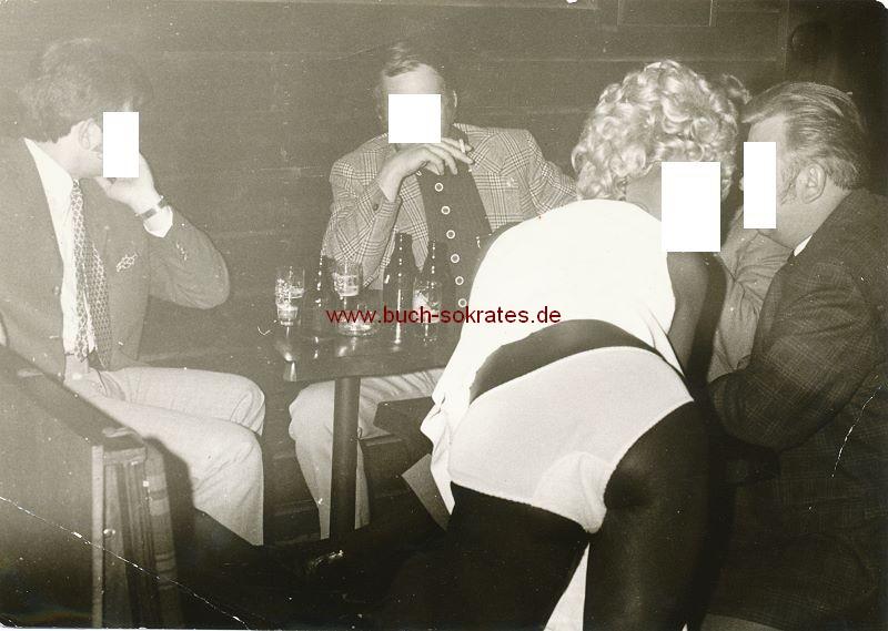 Foto Herrenrunde aus Stederdorf / Peine mit farbiger Hure (ca. 1975)