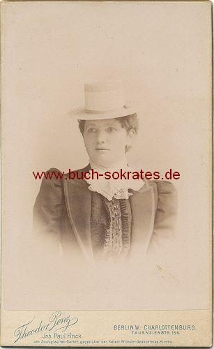 CdV Foto Frau mittleren Alters aus Berlin im dunklen Kostüm mit Spitzenschleife u. Strohhut mit breitem Hutband (ca. 1899)