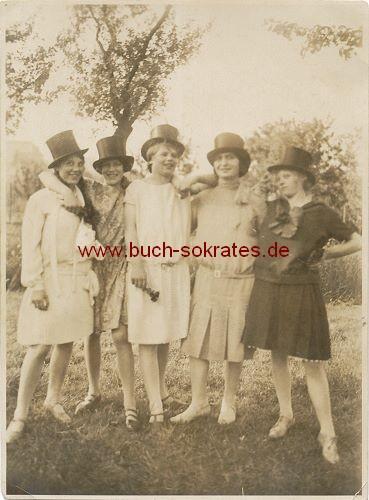 5 junge Frauen aus dem Rheinland mit Zylindern (1928)