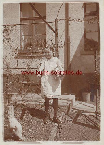 Foto Mädchen aus Holzen / Arnsberg auf dem Land mit Tieren (1929)