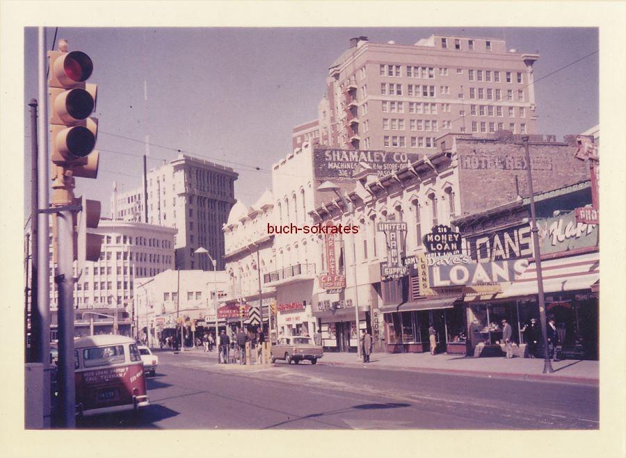 Foto Stadt in den USA (El Paso?) - Straße mit Neon-Reklameschildern (1966)