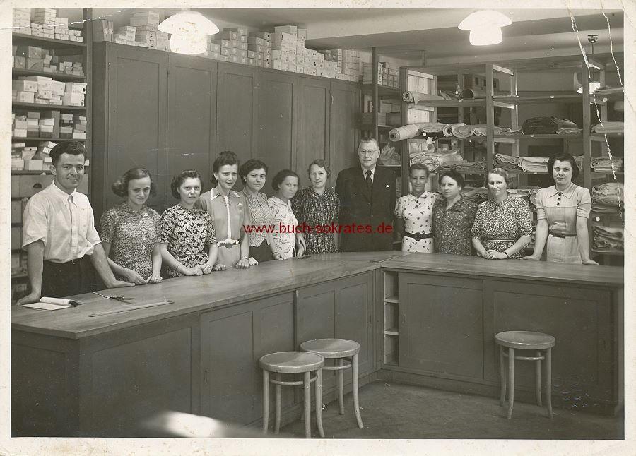 Foto Belegschaft in einem Stoff-Laden / Textil-Geschäft in Prag hinter dem Verkaufstresen (ca. 1935)