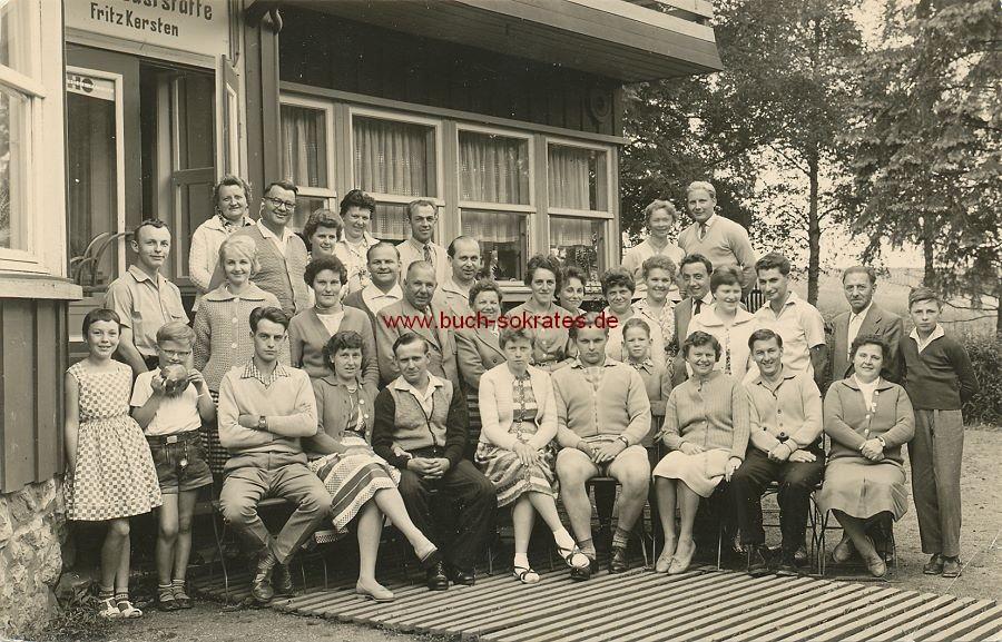 Foto Gruppenbild Gruppe vor Gaststätte Fritz Kersten - Tanne / Harz (ca. 1965)
