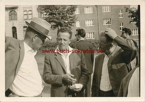 Gruppe 3 Männer aus Wuppertal im Gespräch (1962)