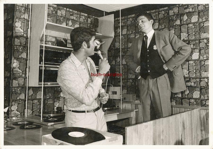 Foto Junger Mann aus Stolberg mit Mikrofon im Party-Keller (ca. 1970)