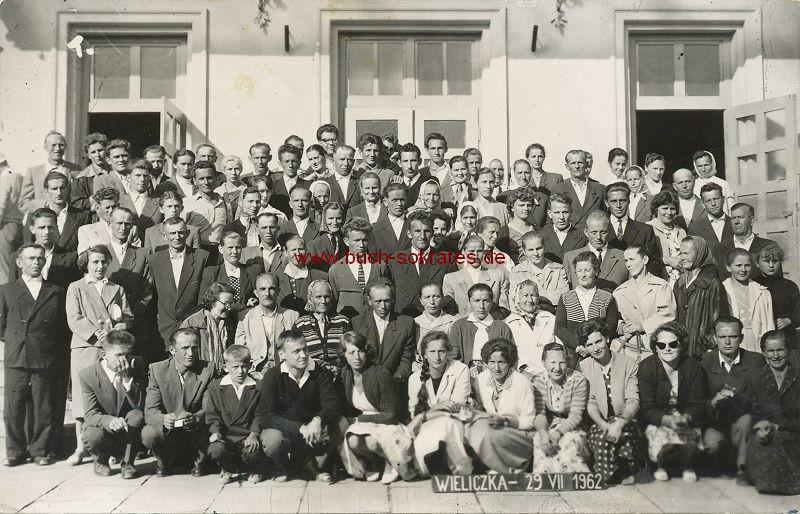 Foto Gruppe zumeist älterer Menschen aus Wieliczka (Groß Salz) Polen (1962)