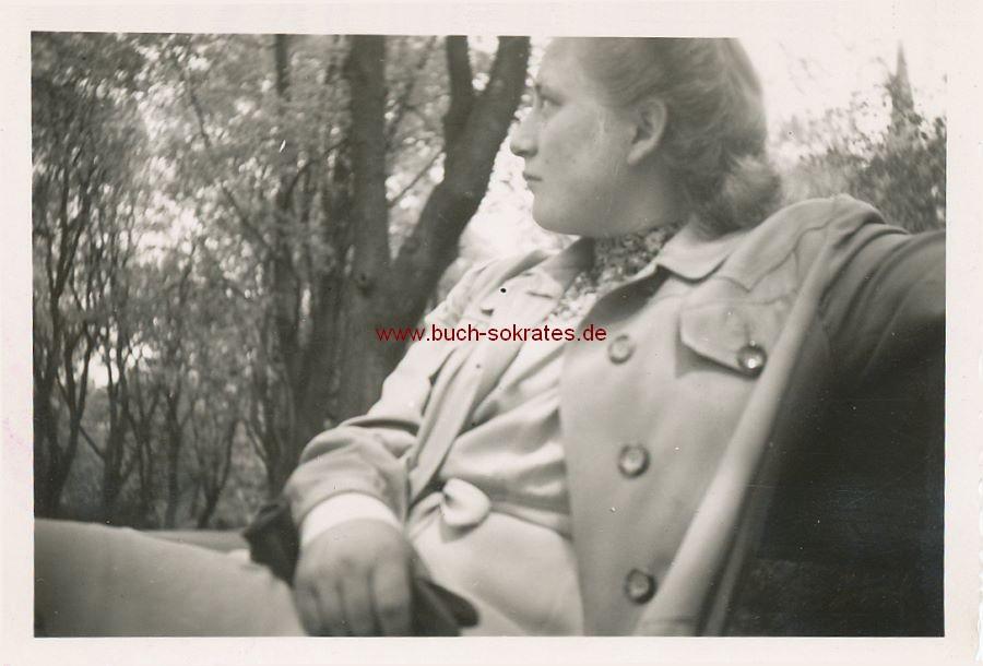 Foto Frau auf einer Bank sitzend (ca. 1950)