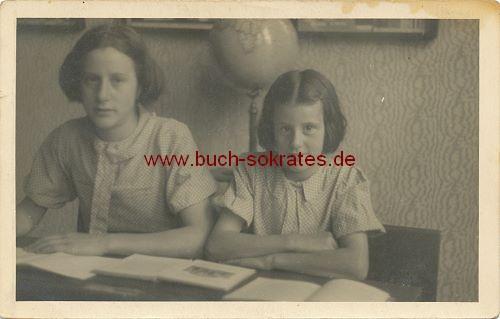 Foto Zwei Mädchen aus Holland auf der Schulbank (1946)