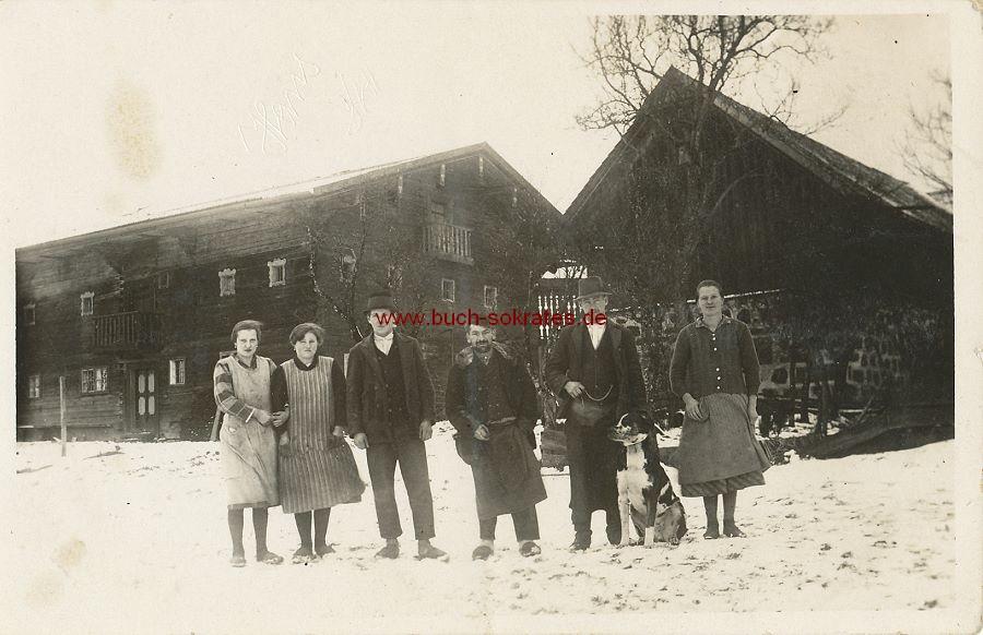 Foto Einige Personen mit Hund aus Oberösterreich in Arbeitskleidung vor dem Haus (ca. 1925)