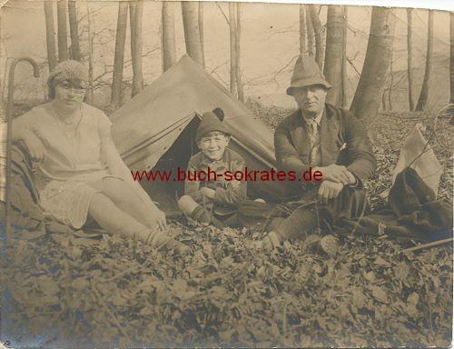 Foto-Postkarte Familie aus Köln vor Zelt im Wald sitzend (1929)