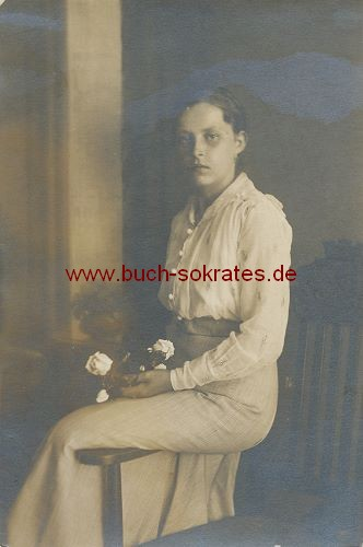 s/w-Foto-Postkarte Junge Frau aus Leipzig mit weißen Rosen (ca. 1915)