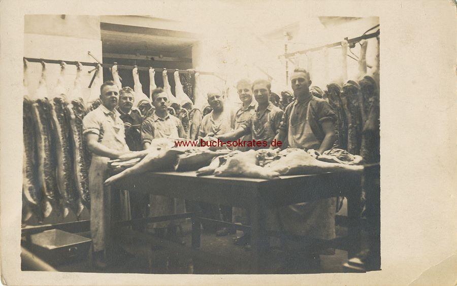 Foto Metzger im Schlachthof mit Schweinehälften an der Schlachtbank (ca. 1930)