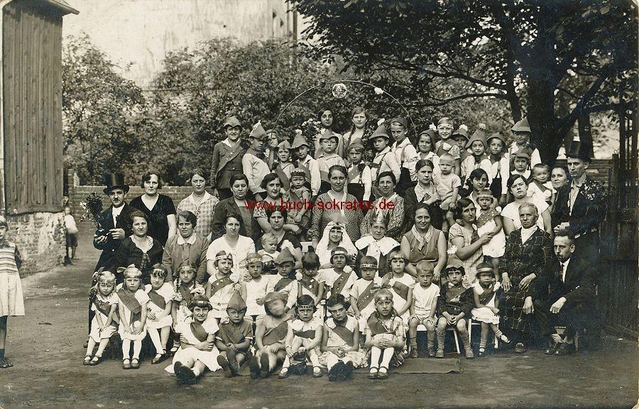 s/w-Foto-Postkarte Kinder mit Schärpen - Erntedankfest (ca. 1930)