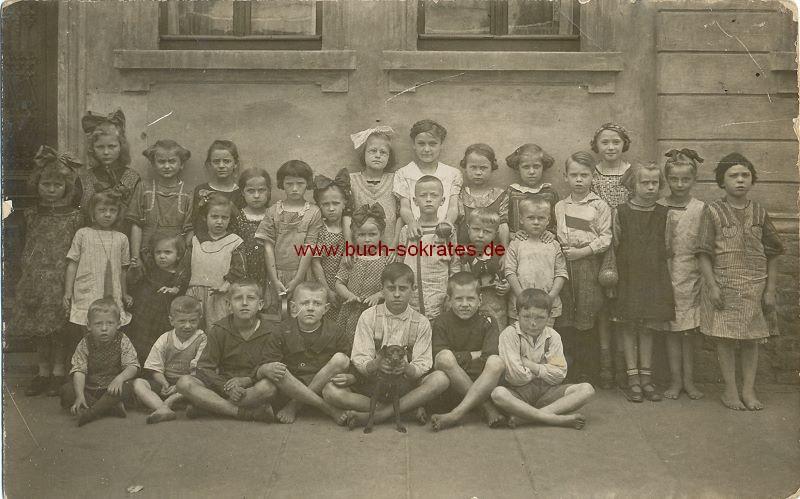 s/w-Foto-Postkarte Gruppe von Kindern barfuß vor einem Haus (ca. 1920)