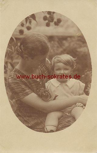 Foto Junge Frau mit Tochter auf dem Schoß (ca. 1920)