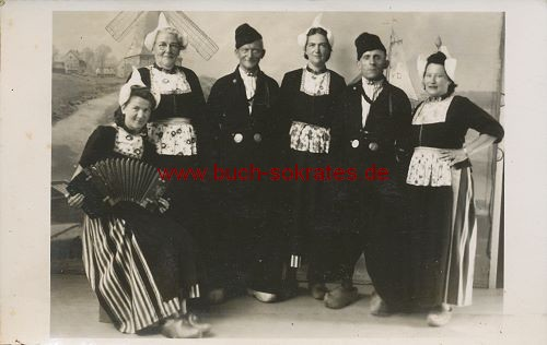 Foto-Postkarte Trachtengruppe aus Belgien (ca. 1930)