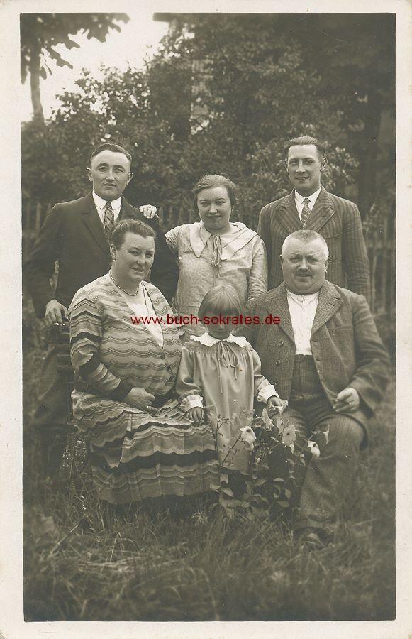 Foto Familie aus Feldmoching (München) im Garten (ca. 1925)