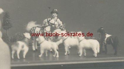 s/w-Foto-Postkarte Kleines Kind aus Holland mit Spielsachen (ca. 1930)