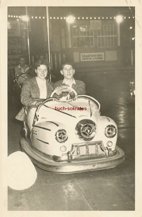 Foto Junges Paar im Autoscooter (ca. 1955)