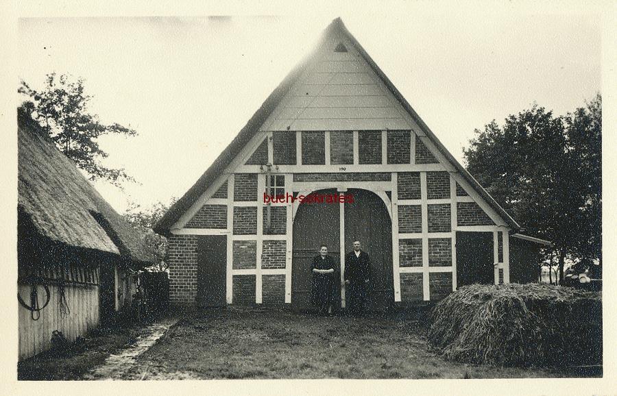 Foto Bauern-Ehepaar vor ihrem Bauernhof (~1930)