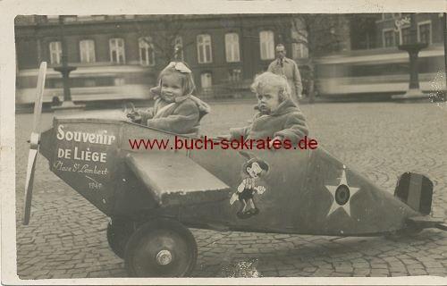 Foto-Postkarte Zwei Kinder aus Lüttich im Holz-Flugzeug (ca. 1949)