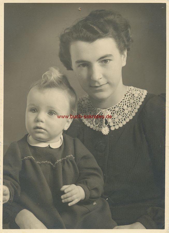 Foto Junge Frau aus Berlin mit Baby / kleiner Tochter (1940)